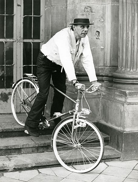 Joseph Beuys mit Fahrrad auf den stufen des Düsseldorfer Schlossturmes